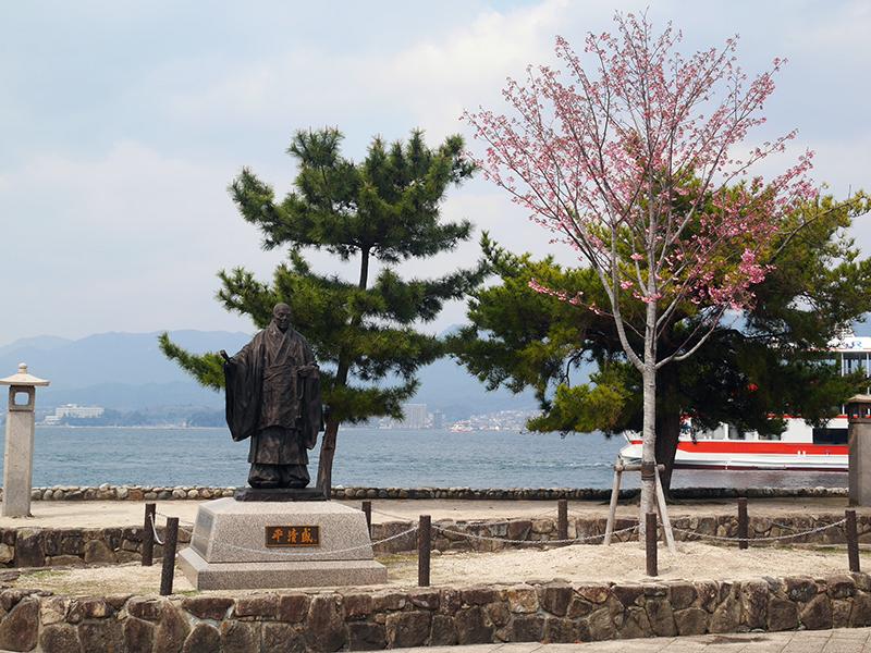 平清盛像及櫻花樹